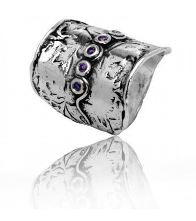 Modny, srebrno-ametystowy pierścionek z cyrkoniami