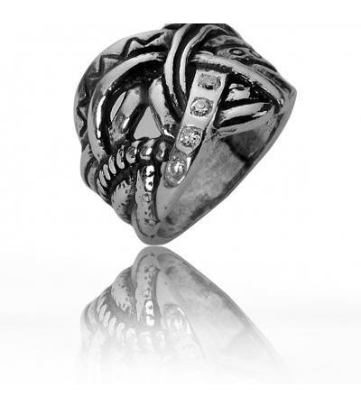 Srebrny pierścionek z nałożonym na siebie pasmem